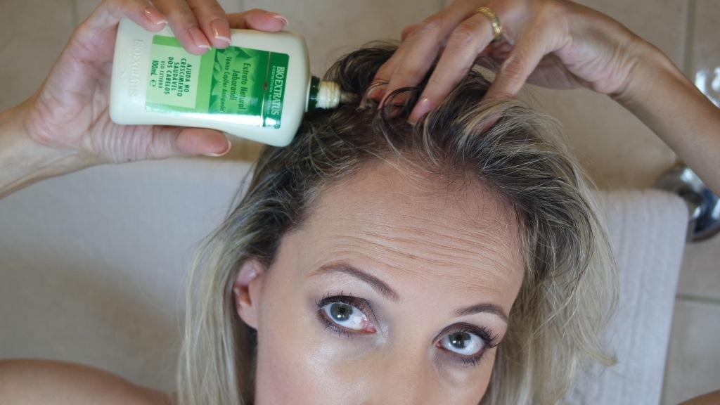 aplicando tônico capilar jaborandi antiqueda cabelo